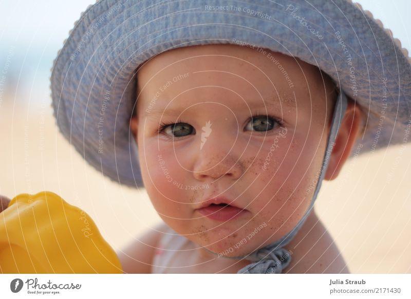 Hallo ich bin beschäftigt feminin Kind Baby Kleinkind Kindheit Kopf 1 Mensch 1-3 Jahre Sand Schönes Wetter Meer Hut Blick dreckig klein natürlich Neugier schön