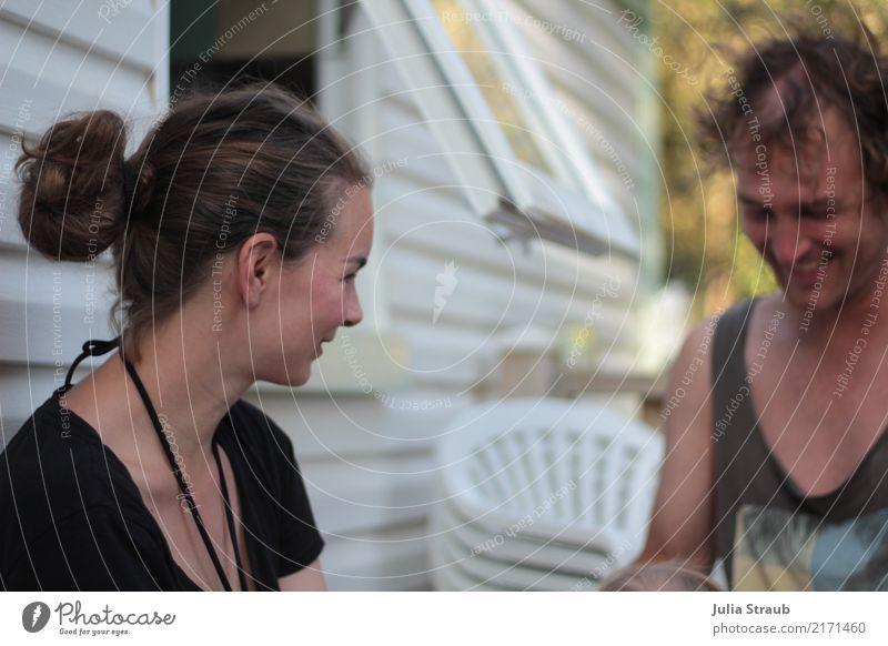 Ja klar Mensch maskulin feminin Frau Erwachsene Mann Paar Partner 2 30-45 Jahre T-Shirt Bikini brünett Locken Dutt lachen sitzen lustig Freude Zufriedenheit