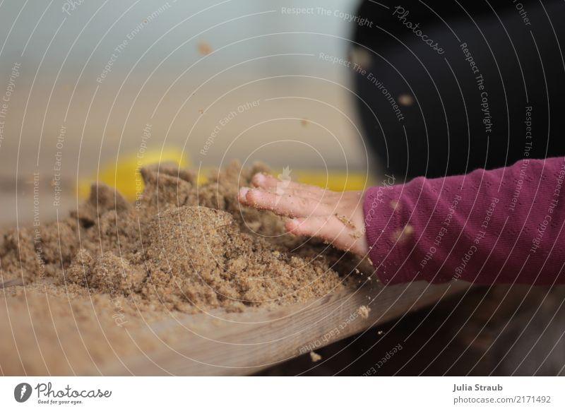 Hau drauf Kleinkind Hand 1-3 Jahre bauen frech frei gelb rosa schlagen zerstören Sandburg Holzbrett Sandspielzeug Farbfoto