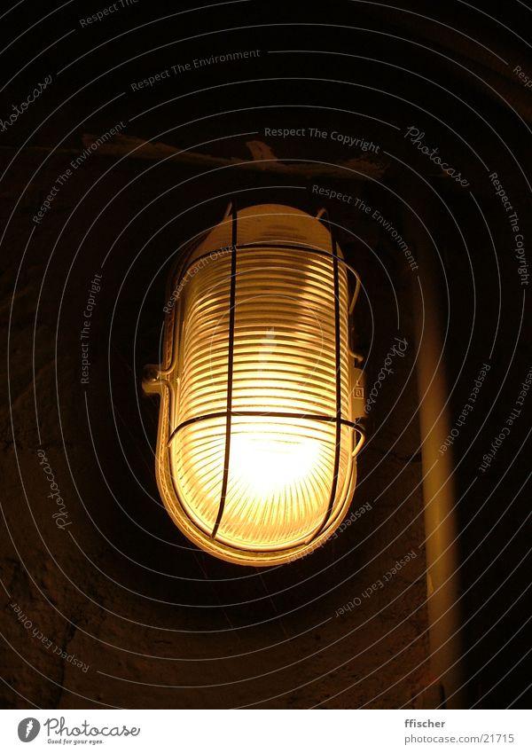 Kellerlicht II schwarz gelb Lampe dunkel hell Industrie Quelle