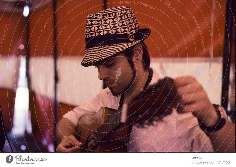Konzentration vor dem Konzert maskulin 1 Mensch 30-45 Jahre Erwachsene rot Gitarre Gitarrenspieler Musik Hut stimmen Erwartung hören Anspannung Zirkuszelt