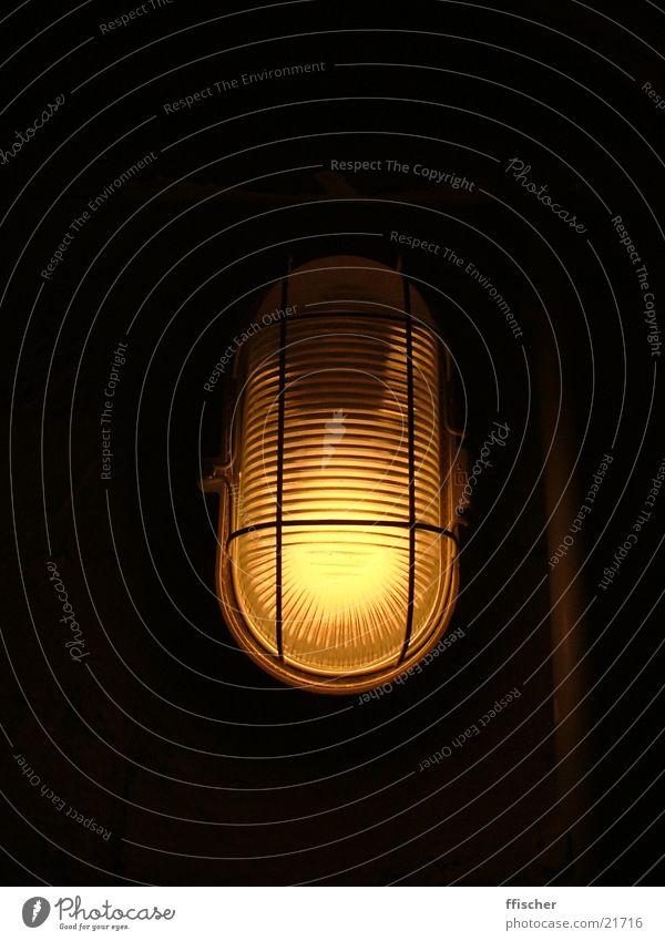 Kellerlicht I schwarz gelb Lampe dunkel hell Industrie Quelle