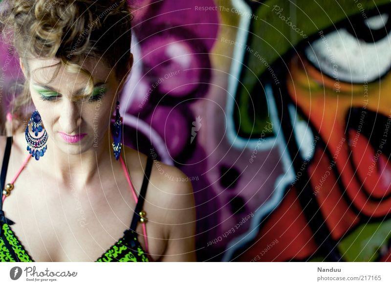 Tarnfarbe Mensch feminin Frau Erwachsene 1 30-45 Jahre Gefühle nachdenklich Frustration Graffiti mehrfarbig neonfarbig Farbfoto Außenaufnahme Blick nach unten