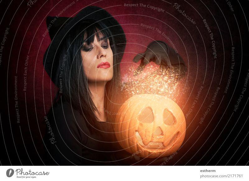 Schöne Frau wie Hexe mit Kürbis in Halloween Mensch Jugendliche Junge Frau schön Erwachsene Lifestyle Gefühle feminin Bewegung Tod Party Feste & Feiern Angst