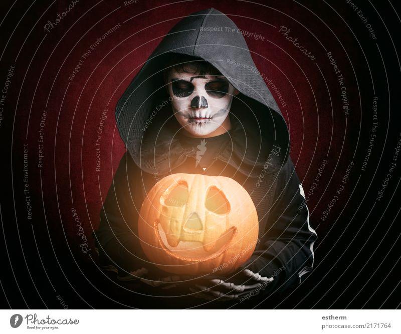 Junge in Halloween. Boy gekleidet als Skelett Kind Mensch Ferien & Urlaub & Reisen dunkel Lifestyle Gefühle Bewegung Tod Party Feste & Feiern Angst maskulin