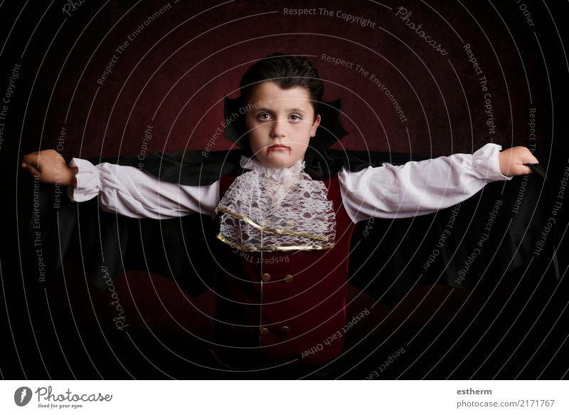 Junge in Halloween. Junge gekleidet als Vampir Kind Mensch Ferien & Urlaub & Reisen Lifestyle Gefühle Tod Party Feste & Feiern fliegen Angst maskulin Kindheit