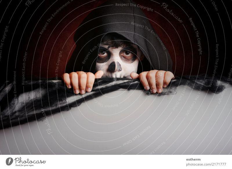 Junge in Halloween. Boy gekleidet als Skelett Kind Mensch Ferien & Urlaub & Reisen dunkel Lifestyle Gefühle Tod Party Feste & Feiern Angst maskulin Kindheit