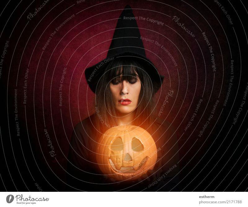 Schöne Frau wie Hexe mit Kürbis in Halloween Mensch Ferien & Urlaub & Reisen Jugendliche Junge Frau schön dunkel Erwachsene Lifestyle Gefühle feminin Tod Party