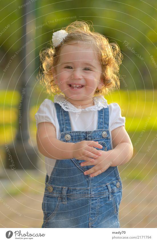 Kleines Mädchen, das gegen die Sonne lächelt Freude Glück Gesicht Leben Kind Kleinkind Frau Erwachsene Kindheit Park Lächeln Fröhlichkeit klein natürlich