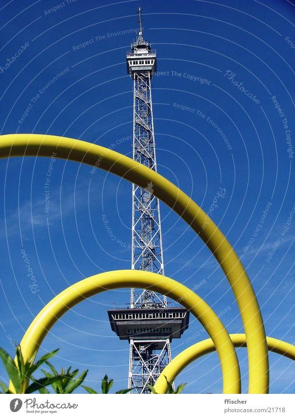 Funkturm Charlottenburg-Wilmersdorf gelb Physik Sommer Radio Fernsehen Architektur Berlin Messe blau Himmel Schnecke Kontrast Wärme Schönes Wetter Sendeturm