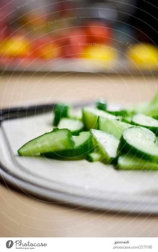 Gesundes essen grün rot Ernährung gelb Gesundheit Lebensmittel frisch authentisch einfach gut dünn natürlich Gemüse lecker Tomate Schneidebrett