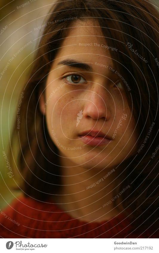 Sehnsucht Frau Mensch Jugendliche schön Gesicht feminin Stimmung Erwachsene Beautyfotografie authentisch natürlich brünett langhaarig ernst attraktiv