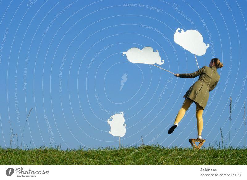 Wolkenmädchen Mensch Natur Himmel Wolken Ferne Wiese feminin Spielen Gras Freiheit Landschaft Umwelt Horizont Ausflug stehen