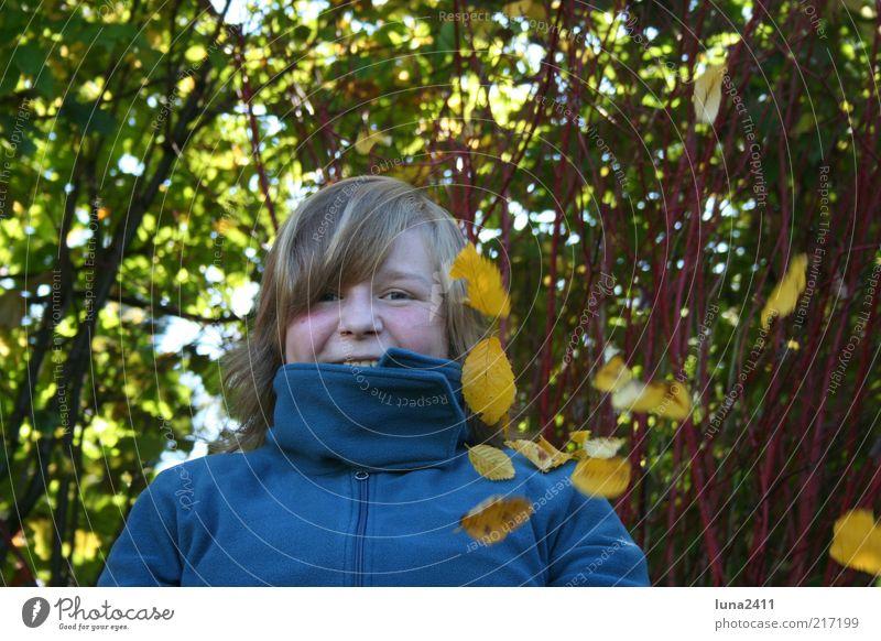 Blätterregen Garten Herbst Sträucher Blatt Pullover blond Pony genießen Fröhlichkeit mehrfarbig Außenaufnahme Licht Schatten Oberkörper Blick in die Kamera