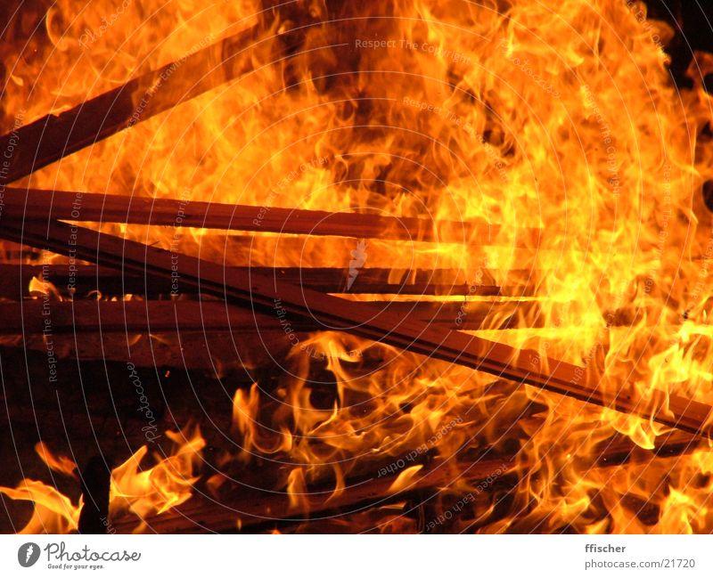 St. Martin Feuer rot gelb Wärme Holz orange Romantik Brand heiß Physik brennen Flamme Funken Köln Sankt Martin