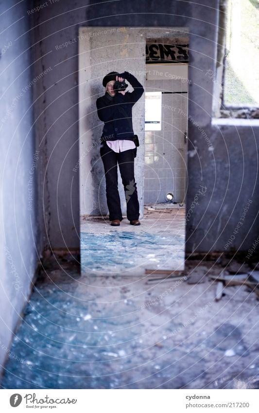 Spiegelbild mit Scherben Mensch Jugendliche ruhig Erwachsene Einsamkeit Leben kalt Fenster Wand Stil Mauer träumen Zeit ästhetisch Perspektive