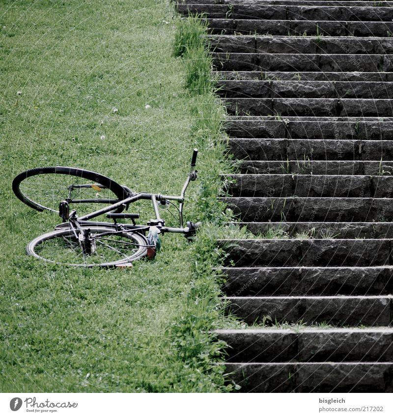 Ich bin dann mal weg grün ruhig Wiese Gras grau Fahrrad Treppe liegen Ausflug Ferien & Urlaub & Reisen