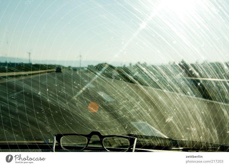 Autobahn dreckig Straßenverkehr Horizont Verkehr Perspektive fahren Brille Reisefotografie Spuren Streifen Autobahn Verkehrswege Autofahren Scheibe blenden unterwegs