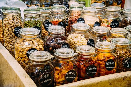 Trockenfrüchte in den Glasgefäßen für Verkauf im Markt Natur Essen natürlich Lebensmittel Frucht Ernährung frisch kaufen Kräuter & Gewürze Gemüse Bioprodukte