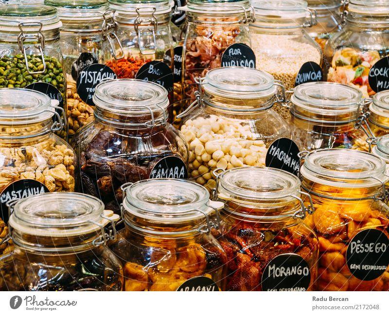 Trockenfrüchte in den Glasgefäßen für Verkauf im Markt Lebensmittel Gemüse Frucht Ernährung Essen Bioprodukte Diät kaufen Container frisch Gesundheit natürlich