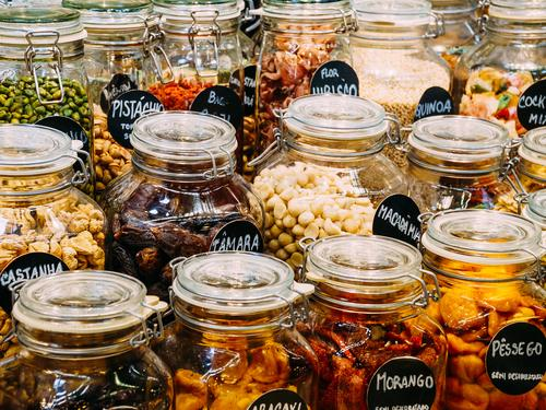 Trockenfrüchte in den Glasgefäßen für Verkauf im Markt Essen Gesundheit natürlich Lebensmittel Frucht Ernährung frisch süß kaufen Gemüse trocken Bioprodukte