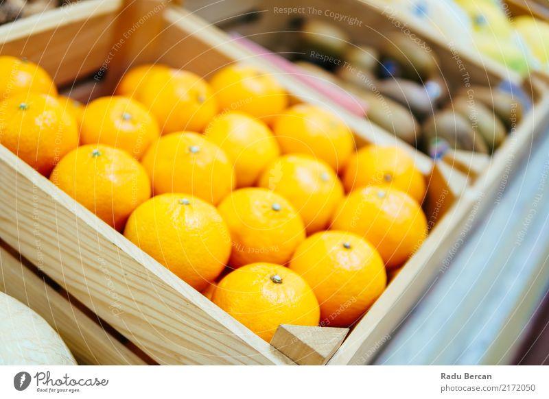 Orangen für Verkauf im Obstmarkt Lebensmittel Frucht Ernährung Essen Bioprodukte Vegetarische Ernährung Diät kaufen Marktplatz Kasten Container Fressen füttern
