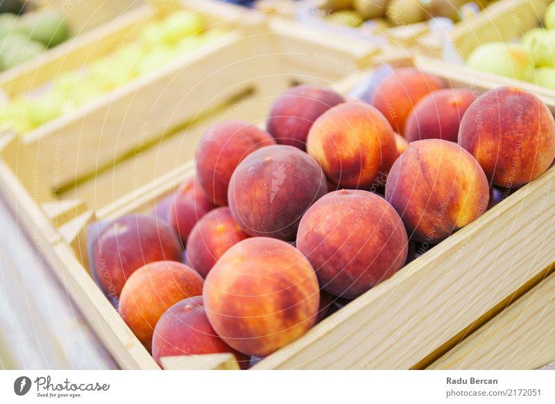 Pfirsiche zum Verkauf im Obstmarkt Lebensmittel Gemüse Frucht Ernährung Essen Bioprodukte Vegetarische Ernährung Diät kaufen Natur Marktplatz Kasten Container
