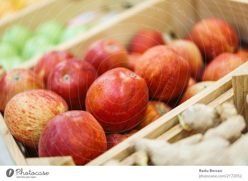 Rote Äpfel für Verkauf im Obstmarkt Lebensmittel Gemüse Frucht Apfel Ernährung Essen Bioprodukte Vegetarische Ernährung Diät kaufen Natur Marktplatz Fressen