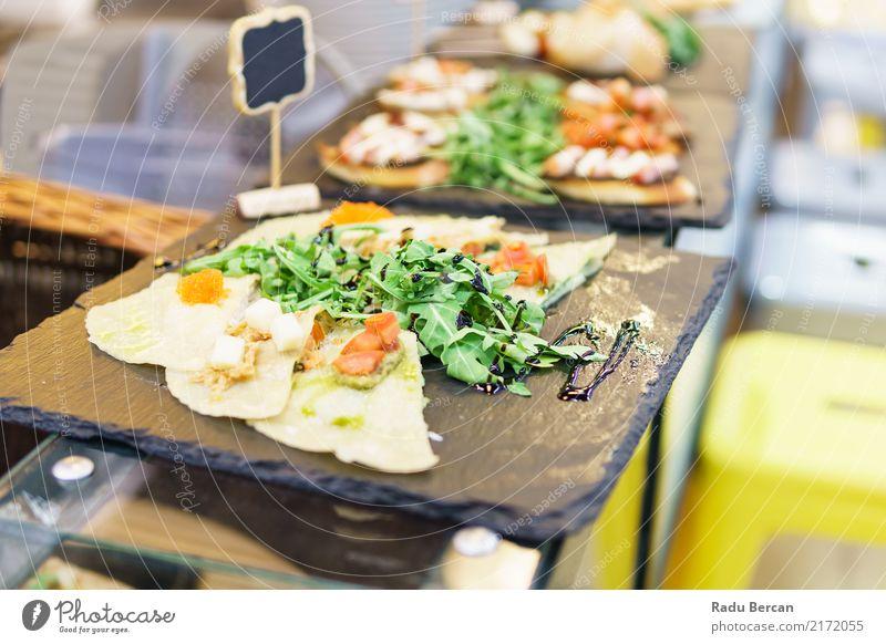 Ravioli-Platte im Restaurant Lebensmittel Käse Gemüse Salat Salatbeilage Brötchen Kräuter & Gewürze Ernährung Essen Mittagessen Abendessen Bioprodukte
