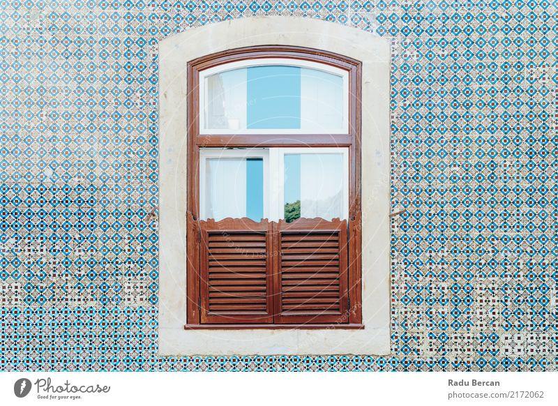 Hölzernes Fenster der Weinlese auf blauer Fliesen-Wand in Lissabon, Portugal Ferien & Urlaub & Reisen alt Stadt Farbe schön Haus Architektur Stil Holz Gebäude