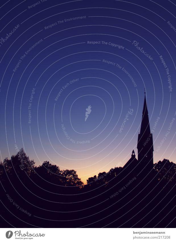 Johannes(kirche) blau schön Baum Religion & Glaube Horizont Kirche Turm violett Schönes Wetter Natur Wolkenloser Himmel Kirchturm Turmspitze Kirchturmspitze
