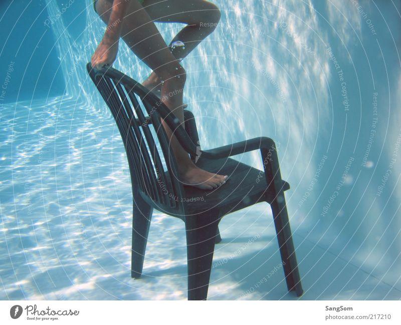 der Stuhl im Pool Sommer Kind Mädchen Haut Beine 1 Mensch Wasser Kunststoff Bewegung nass blau Freude Idee Lichtspiel Luftholen Schwimmen & Baden Klettern