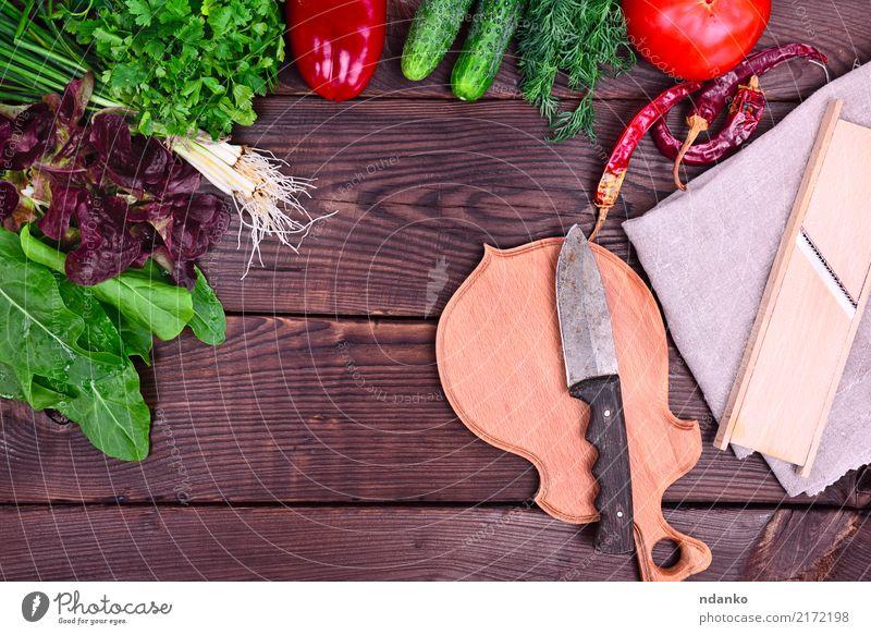 frisches Gemüse und Kräuter für Salat Kräuter & Gewürze Messer Holz natürlich oben grün rot Tomate Paprika Petersilie Salatbeilage Lebensmittel nützlich Vitamin