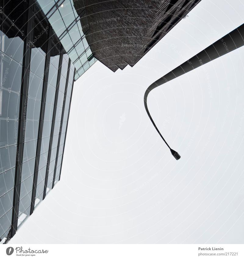 [HH10.1] - wo sind die Gierhälse? Stadt Hochhaus Bauwerk Gebäude Architektur Mauer Wand Fassade Stimmung Lampe Glas Laterne Linie kalt Himmel Wolken