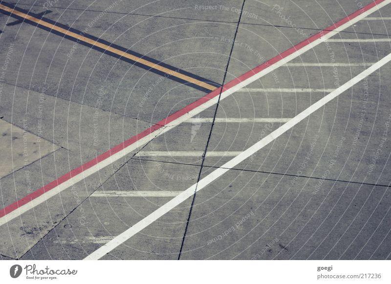 Absorbtion weiß rot schwarz gelb grau Linie Beton leer Platz Sauberkeit Streifen Flughafen Flugplatz Rollfeld Fahrbahnmarkierung Betonboden