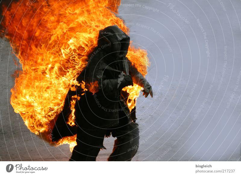 Stuntman Mensch rot schwarz gelb grau Angst laufen Brand rennen Geschwindigkeit Feuer Aktion bedrohlich Todesangst brennen Risiko