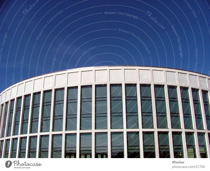 (Halb-)Runde Sache blau dunkel Berlin Gebäude hell Architektur Glas modern rund einfach Klarheit Hälfte steril Übergang