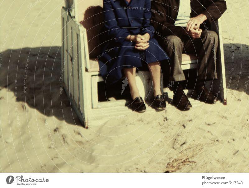 Ruhesitz Mensch Frau Mann alt Ferien & Urlaub & Reisen Sonne Sommer Strand Erholung Senior Sand Zusammensein warten sitzen Ausflug Tourismus