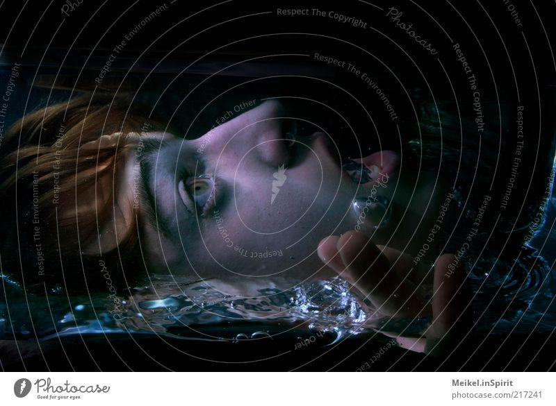 Wasserleiche Mensch Jugendliche Wasser Gesicht Auge dunkel Tod Kopf Mund Angst Erwachsene maskulin Finger Trauer gefährlich bedrohlich
