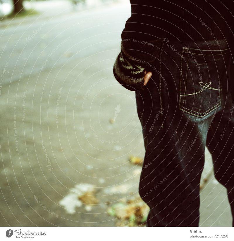 [HH 10.1] Waiting Mensch Mann Blatt schwarz Einsamkeit Straße kalt Herbst grau Beine warten Erwachsene Jeanshose stehen Asphalt analog