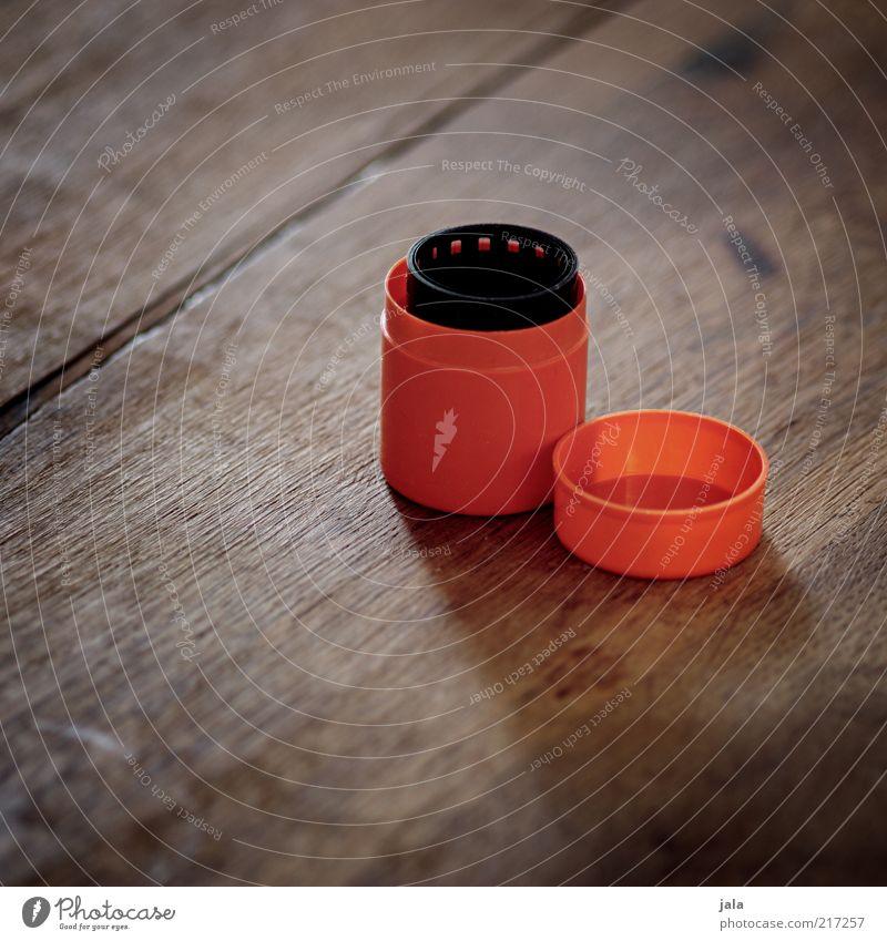 aufgerollt Dose Plastikdose Behälter u. Gefäße aufbewahren Filmindustrie negativ Holz braun schwarz orange analog Farbfoto Innenaufnahme Menschenleer