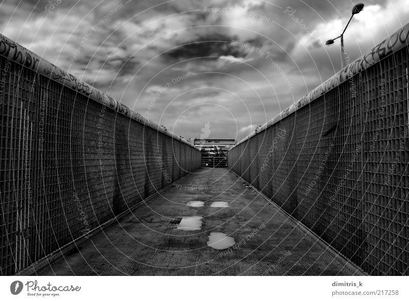 Himmel Graffiti Architektur Wege & Pfade Gebäude Metall Linie dreckig modern Brücke Perspektive Industrie trist verfallen Geländer Zaun