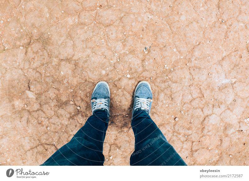 ein Mann, der unten auf Füßen, selektiver Fokus schaut Natur alt Farbe Einsamkeit dunkel natürlich Holz Gebäude Fuß braun oben retro dreckig Schuhe Abenteuer