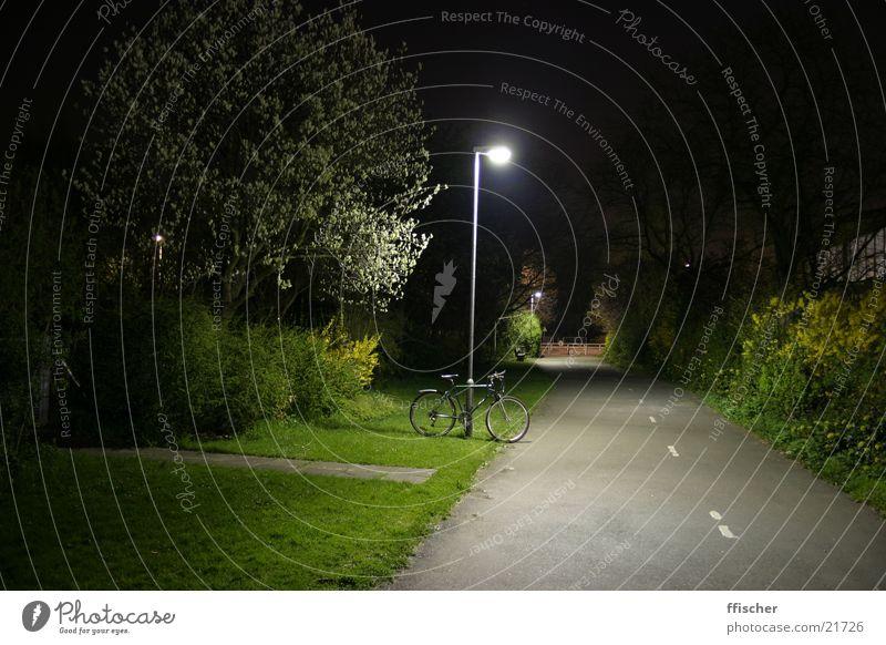Laterne & Fahrrad Licht Nacht Langzeitbelichtung Gras grün dunkel schwarz Lampe Verkehr 10sec Canon EOS hell Weg. Lichtung Straße