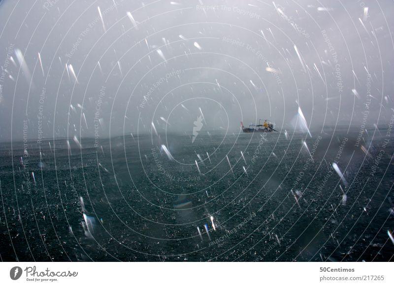 In Seenot - Distress Abenteuer Wellen Natur Wasser Wassertropfen Himmel Gewitterwolken Klimawandel Wetter schlechtes Wetter Unwetter Wind Sturm Nebel Regen Meer