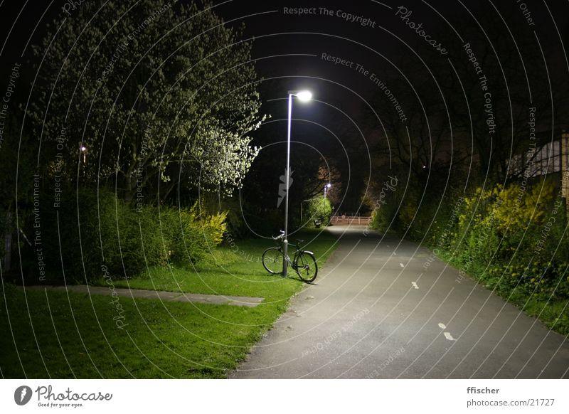 Fahrrad & Laterne grün schwarz Straße Lampe dunkel Gras hell Verkehr