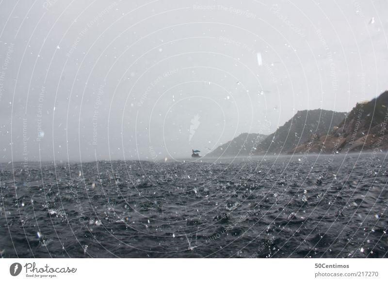 Regen, Sturm und Kälte Abenteuer Freiheit Meer Wellen Natur Wasser Wassertropfen Himmel schlechtes Wetter Unwetter Wind Küste Thailand Fischerboot bedrohlich