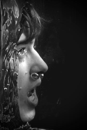 Sorgen sind verdammt gute Schwimmer... Mensch Wasser Jugendliche Gesicht dunkel Tod Kopf Luft Erwachsene Angst nass gefährlich Schwimmen & Baden gruselig