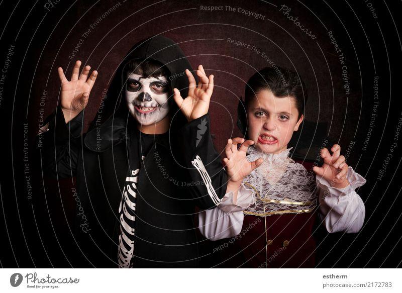 Kinder in Halloween. Mensch dunkel Lifestyle Bewegung Junge Party Feste & Feiern Zusammensein Freundschaft Angst maskulin Kindheit fantastisch geheimnisvoll