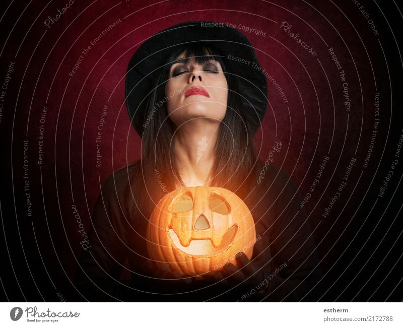 Schöne Frau wie Hexe mit Kürbis Lifestyle Feste & Feiern Karneval Halloween Mensch feminin Junge Frau Jugendliche Erwachsene 1 30-45 Jahre Hut Fitness träumen